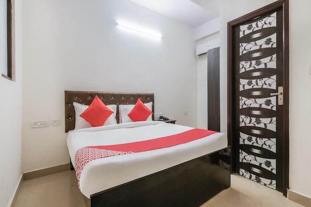 OYO Flagship 77052 RV Residency Block G Raja Puri