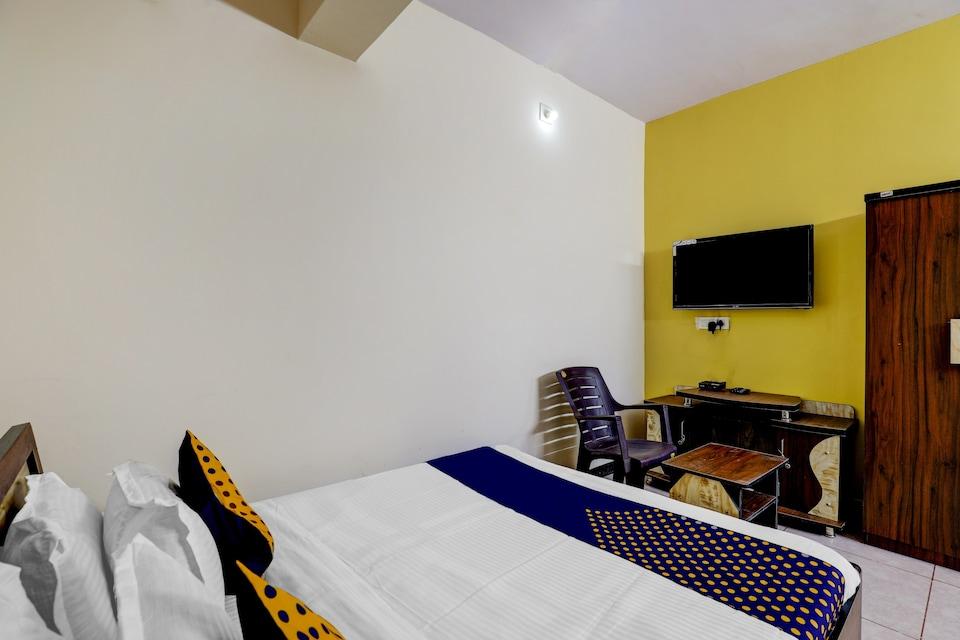 SPOT ON 77081 Hotel Rj