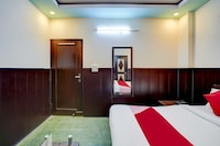 OYO 77406 Golden Divine  Inn