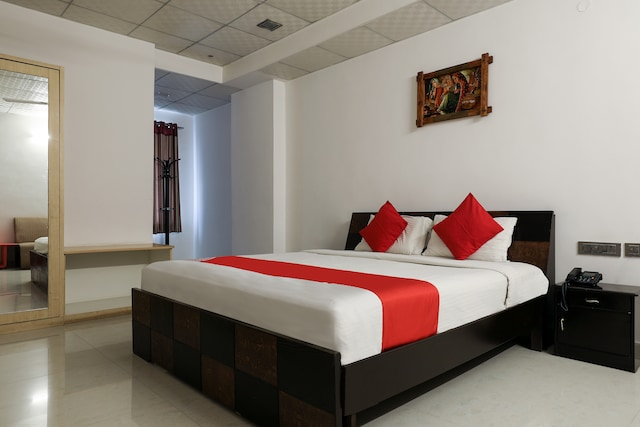 Capital O 986 Hotel Akhand s Deluxe