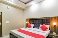 OYO 77865 Hotel 555