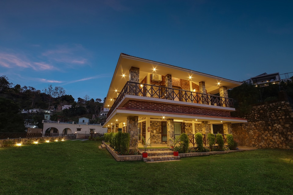 Belvilla Vacation Home with Private Lawn and Mountain Views