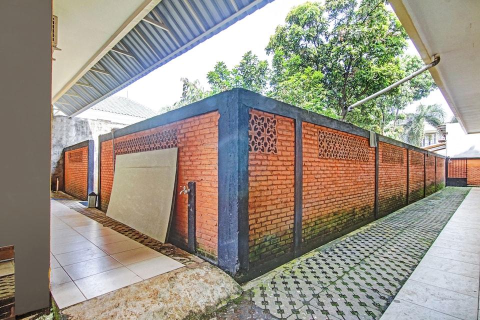 OYO 90409 Kostawira Residence Syariah