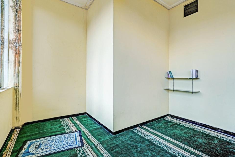 OYO 90442 Almeira Homestay Syariah Sub, Bulak Banteng, Surabaya