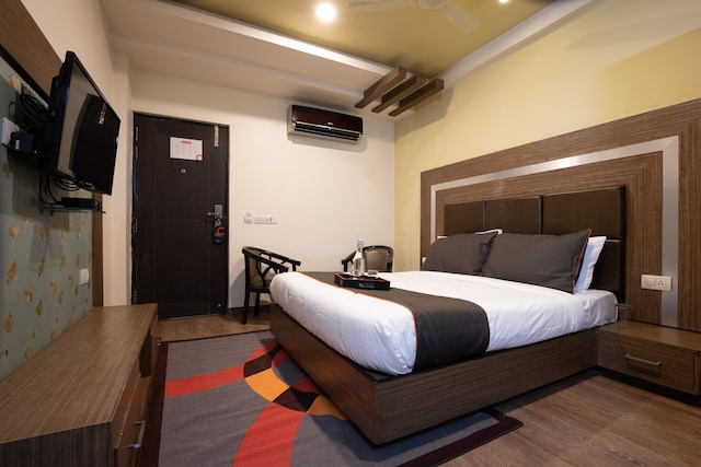 OYO Collection O Hotel Parinda Lounge and Restaurant.
