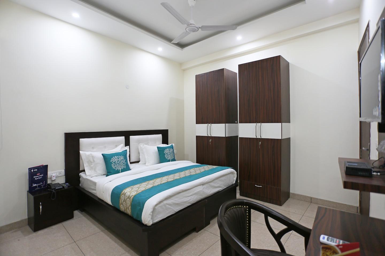 OYO 8205 Hotel Petals Inn Room-1
