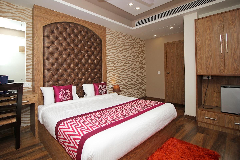 OYO 8254 AP Holiday Inn -1