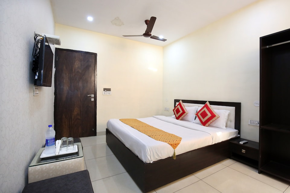 OYO 9323 Hotel Sidana Solitaires
