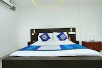 OYO 9932 Hotel Half Moon Residency