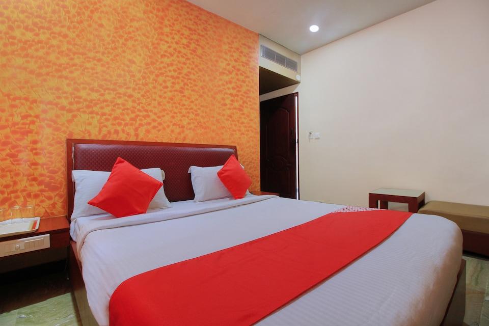 OYO 11585 Hotel Shreenithi