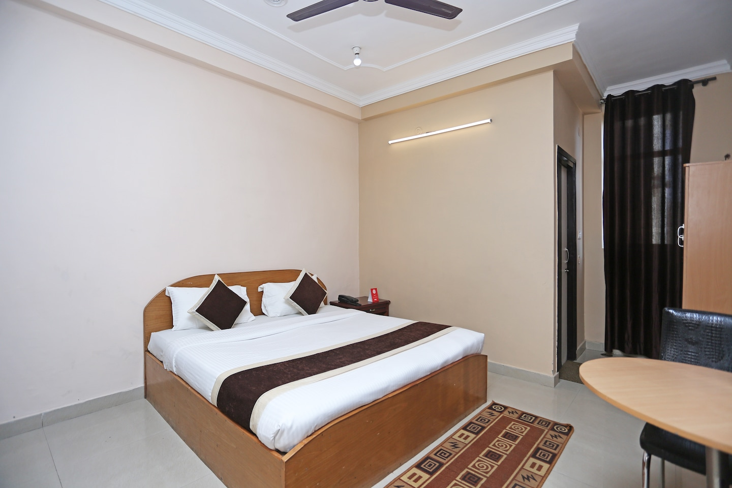 Oyo 10216 Hotel Uk Retreat Room 1