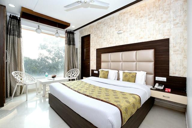OYO 11367 Hotel Yellow