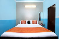OYO 11886 Hotel Crystal
