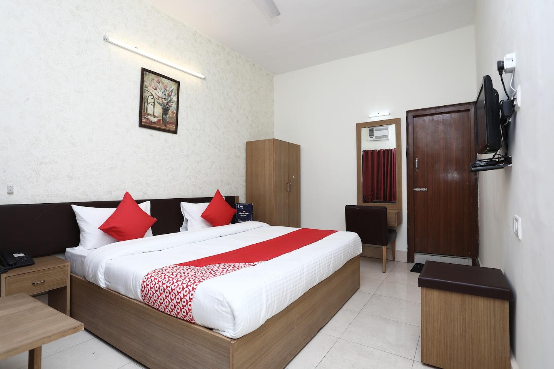 OYO 11937 Hotel Meedo -1