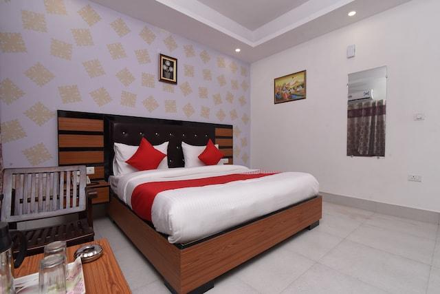 OYO 13310 Noida Suites Suite