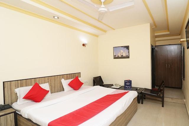 OYO 24951 Vaibhav Palace Deluxe