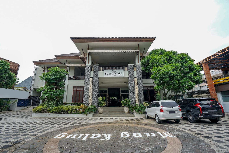 OYO 282 Putri Utari Guest House -1