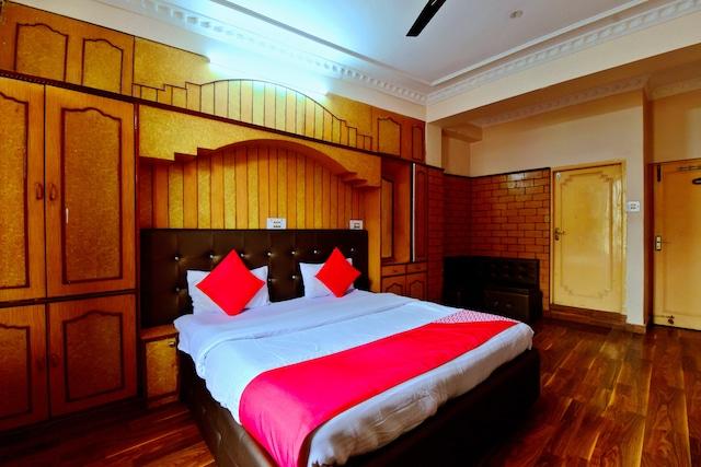 OYO 26909 Hotel Paras Deluxe