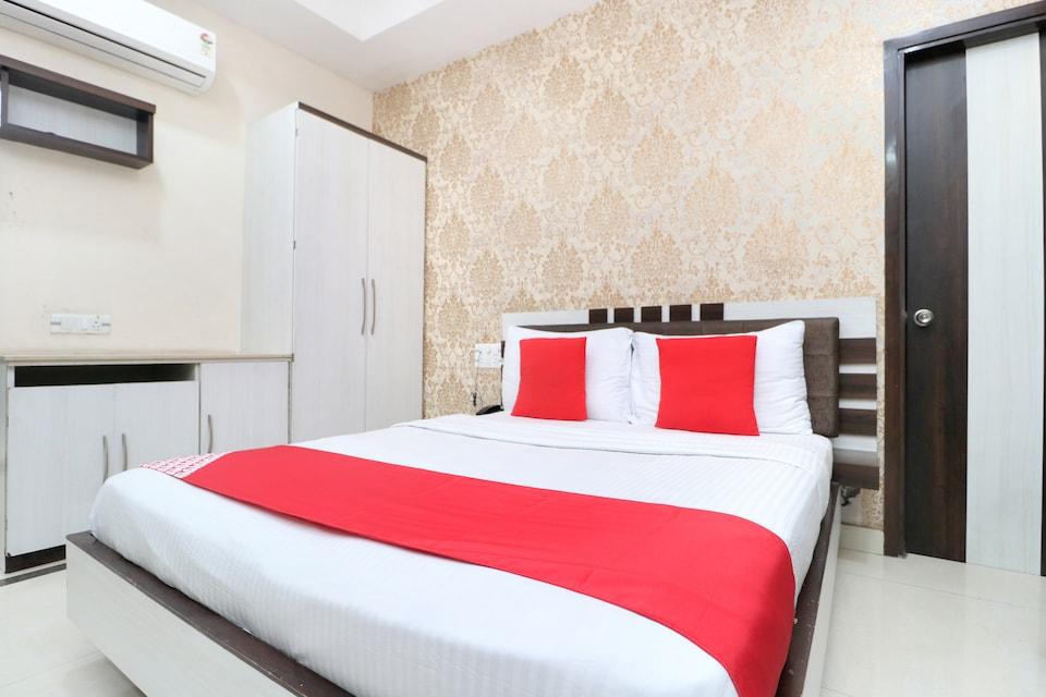 OYO 28122 Hotel C M Plaza