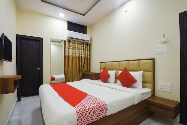 OYO 28789 Hotel Adarsh Saver