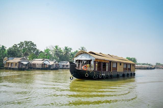 OYO 30198 Khbo Cinnamon Sharing Houseboat Deluxe