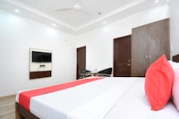 OYO 30349 Hotel Mm Crown