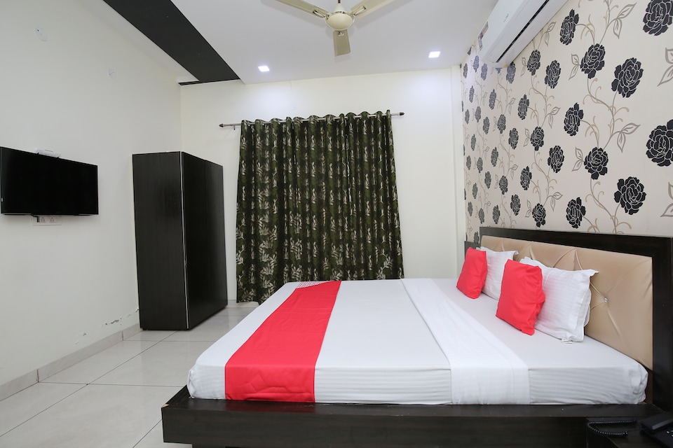 OYO 30415 Hotel White City