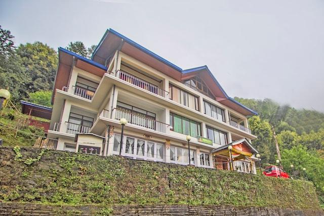 OYO 36251 Norbulingka Retreat Deluxe