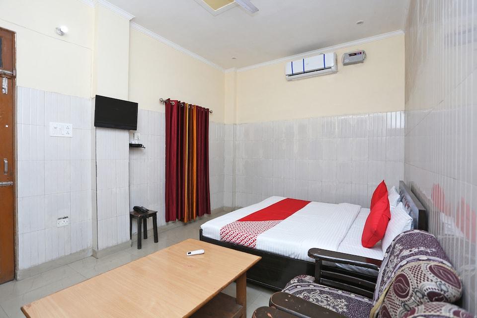 OYO 37020 Hotel Chauhan
