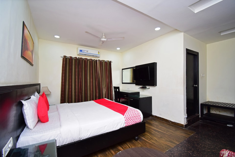 OYO 37984 Royale Inn