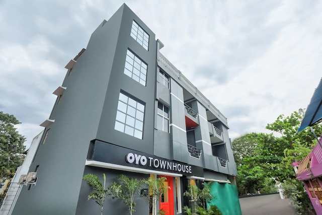 OYO Townhouse 128 Near Judges Quarters