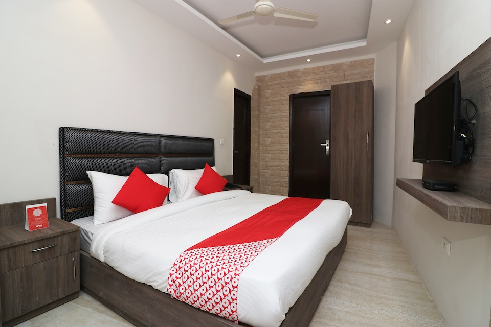 OYO Flagship 39630 Sharma Hotel Block B Sector 62