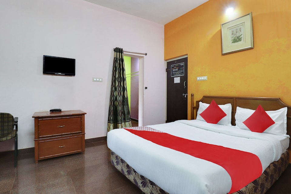 OYO 46077 Holiday Village  Residency Hotel