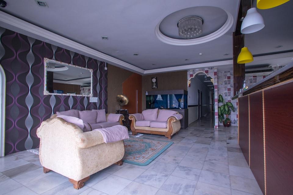 OYO 44010 Royals Star Hotel
