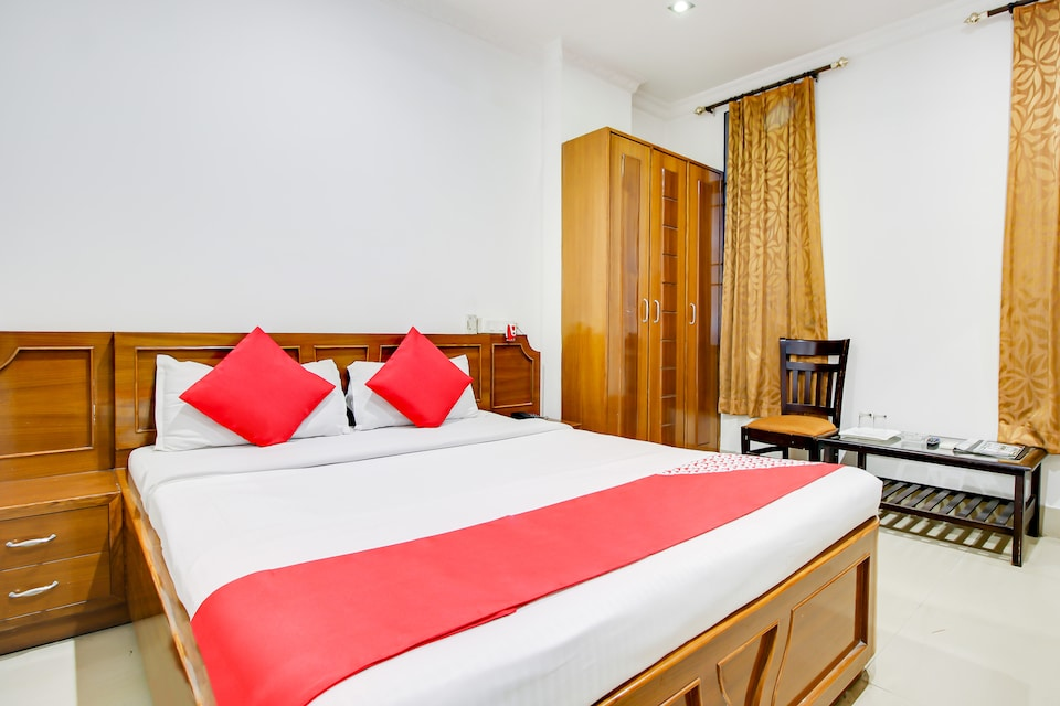 OYO 49035 Hotel Royel Park