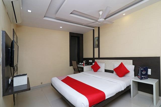 OYO 4906 Hotel Lotus Deluxe