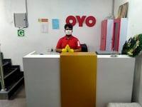 OYO 61639 Red Carmine