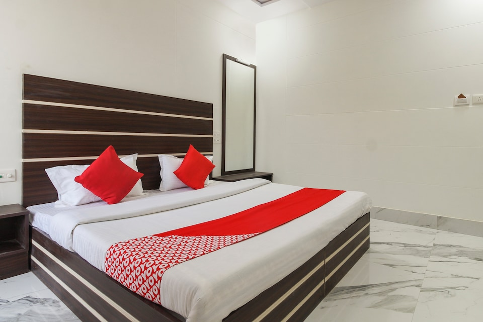 OYO 65596 Hotel Hira Ganga