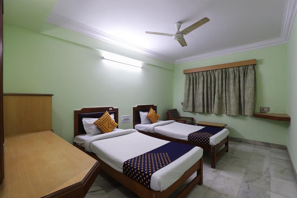 SPOT ON 66196 Hotel Hilltop, Alkapuri Vadodara, Vadodara