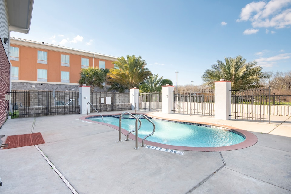 OYO Townhouse Clute TX Expy 288