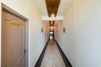 Capital O 70955 Hotel Waves Inn  Deluxe