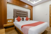 OYO 70998 Hotel Safari Inn