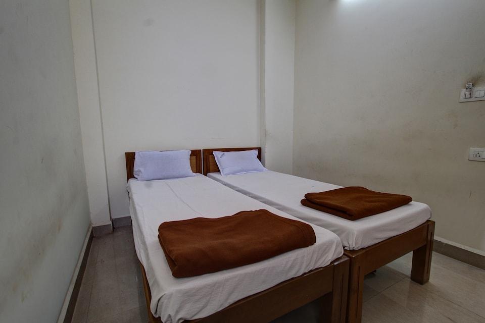 SPOT ON 37790 Pushpa Lodge